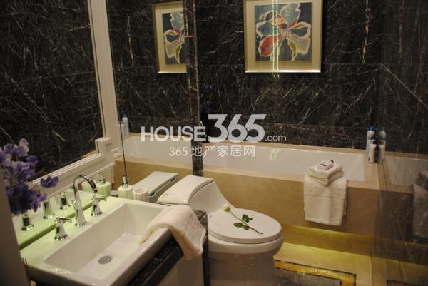 绿地西水东中央生活区125㎡样板间主卧卫浴