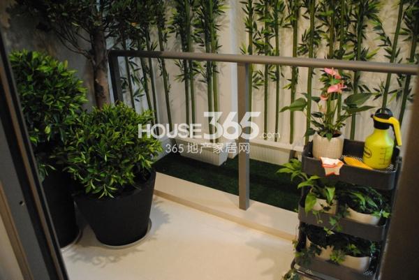 绿地西水东中央生活区125㎡样板间客厅阳台