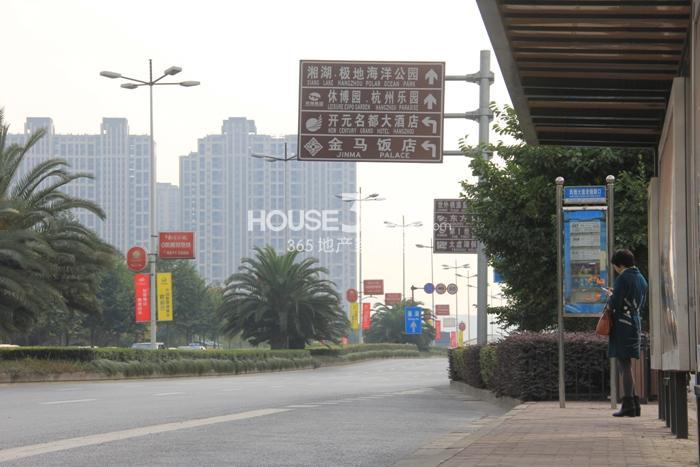 2014年12月瑞立东方花城项目实景--周边路牌及公交站点