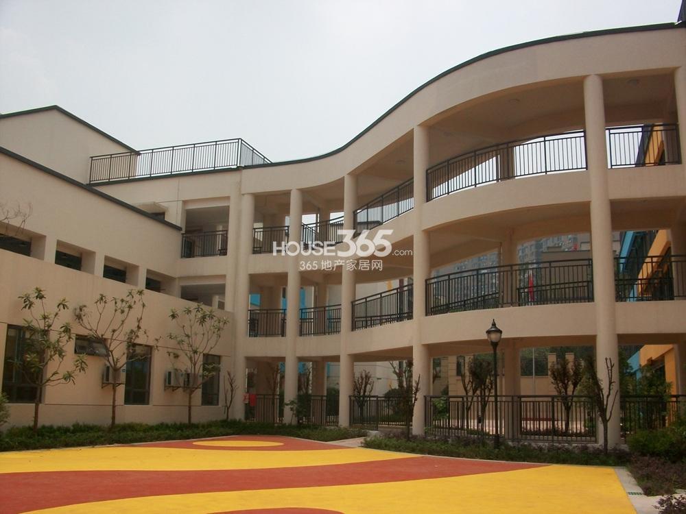 银亿东城南面的南京第一幼儿园分校(1.4)