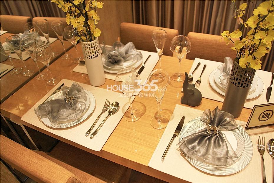 华强城美加印象四期XA-1户型样板房-餐桌摆设