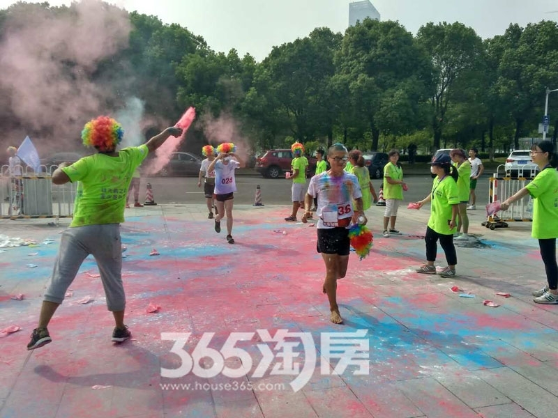 绿都地产杯5.6KM夏季环湖跑活动为选手撒粉实景图(2017.8)
