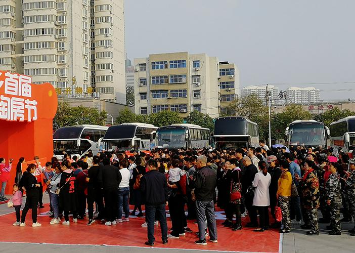 14辆大巴车载着近1000位网友前往新乡29家楼盘