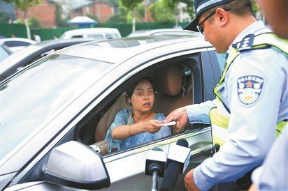 7月2日,一位驾驶员没系安全带被查处