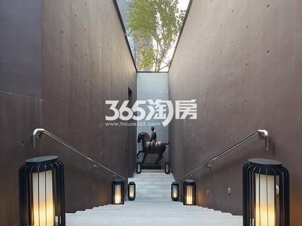 万科大明宫项目售楼中心门前通道实景图(2018.8.29)