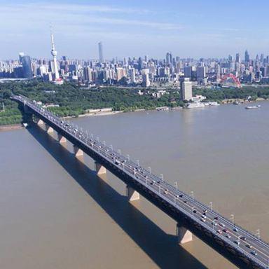 """他们用汗水守护""""万里长江第一桥"""""""